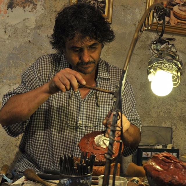 Artigiano al lavoro presso la Mostra Mercato di Bienno