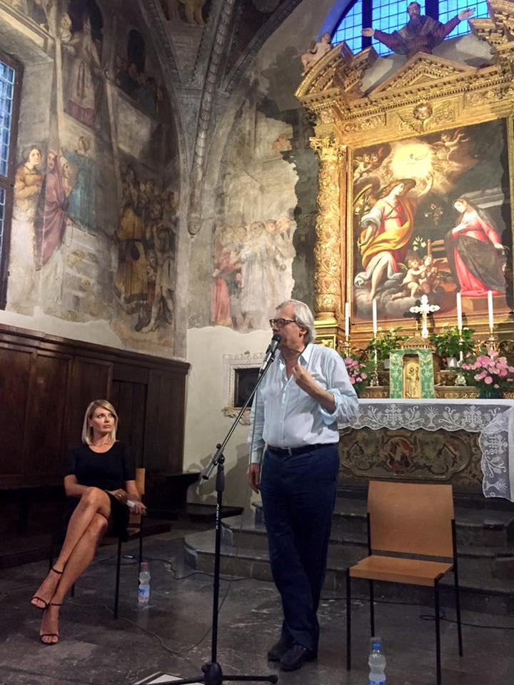 Il Prof. Sgarbi e Manila Nazzaro nella chiesa di Santa Maria a Bienno in occasione della Mostra Mercato